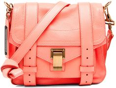 i've been in need of a new purse, this would look reeaaalll nice on my shoulder ;)