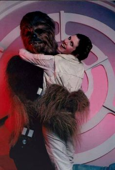 ‎Peter Mayhew as Chewbacca with Carrie Fisher as Leia behind the scenes on Star Trek, Star Wars Film, Star Wars Cast, Carrie Fisher, Chewbacca, Peter Mayhew, Tv Star, Star War 3, Photos Rares