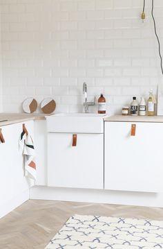 keuken - witte kasten + lederen handvaten