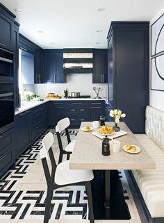 comment moderniser une cuisine en chene, repeindre meuble cuisine en bleu canard, sol en dalles noir et blanc aux motifs graphiques, table rectangulaire en beige, canapé en couleur ivoire, deux chaises en blanc et noir