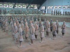 Mausoleo del Emperador Qin El Mausoleo del primer emperador de la dinastía Qin Qin Shi Huang está en el distrito de Lintong, a 35 km al este de Xi'an, provincia de Shaanxi. Manadada a construir por el propio emperador cuando subió al trono, tiene una base cuadrada. El ataúd y la cámara de Qin Shi Huang está en el centro del palacio subterráneo junto a los guerreros y caballos de terracota. Declarado Patrimonio de la Humanidad por la UNESCO en 1987