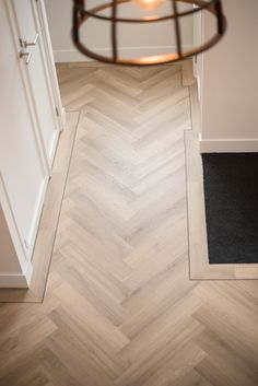 Fischgrätenboden mit Keder – My Best Decor Parquet Flooring, Wooden Flooring, Kitchen Flooring, Hardwood Floors, Planchers En Chevrons, Casa Pop, Home Interior Design, Interior Decorating, Wood Floor Design