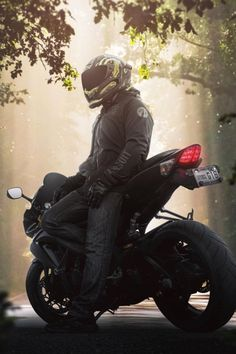 These Top 50 Coolest Helmets you can actually replicate yourself with a few simply helmet accessories. No custom airbrushing or big check required here. Motorcycle Helmet Design, Motorcycle Bike, Motorcycle Photo Shoot, Women Motorcycle, Bike Photography, Automotive Photography, Honda Motorcycles, Vintage Motorcycles, Bajaj Motos