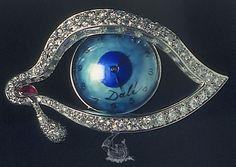 El ojo del tiempo, una joya concebida por Dalí para su mujer Gala, la gran musa de Dalí,con quien se casaría en 1932. joya fue ideada por Dalí en el año 1949 pero en 1951 se realizó finalmente por los joyeros Alemany y Ertman.