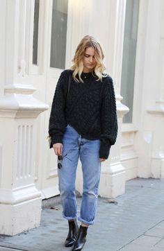 Un look d'automne avec un jean roulotté et un maxi pull en maille