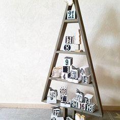 Meine gestrigen Workshopgäste haben ihn gestern schon gesehen und nun zeige ich ihn euch, meinen diesjährigen Adventskalender. Ich habe mich für ein paar untypische Weihnachtsfarben entschieden, puderrosa, aquamarin, champagner und schwarz. Da diese Farben aber gut zu unserer Einrichtung passen, hatte ich mich dafür entschieden. Und diesen Tannenbaum musste ich einfach haben (vom Blumenladen Intratuin in den Niederlanden). Unter anderem habe ich diese Materialien dafür verwendet: 20 weiße…
