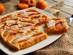 Questa focaccia dolce alle albicocche è una torta alla frutta che rimane bassa perché senza lievito. Una sottile crosticina croccante la rende golosissima.