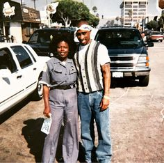 Tupac taking picture with fan in Venice Beach, December 1995 Tupac Resurrection, Suge Knight, Nate Dogg, Death Row Records, Eminem Photos, Tupac Shakur, Venice Beach, Aaliyah, Hip Hop