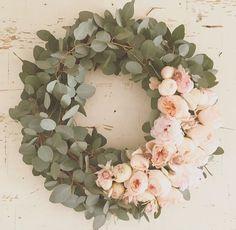 Eukalyptus und Pfingstrosen Eucalyptus and peonies Wedding Wreaths, Wedding Flowers, Wedding Decorations, Decor Wedding, Deco Floral, Arte Floral, Decor Crafts, Diy Home Decor, Diy Crafts