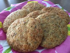Pehmeässä ja erittäin nopea- ja helppotekoisessakookosleivässä on käytetty ainoastaan yhden desin verran jauhoja. Aluksi tein tätä leip...