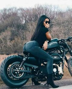 A imagem pode conter: 1 pessoa, sentado, motocicleta e atividades ao ar livre - . - for men fahren lustig mädchen sprüche umbauten Motorbike Girl, Chopper Motorcycle, Motorcycle Style, Motorcycle Girls, Scrambler Motorcycle, Biker Chick, Biker Girl, Biker Baby, Cafe Racer Build