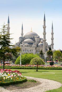 """Sultan Ahmetmoskee of de Blauwe Moskee, Istanbul Turkije. De naam """"Blauwe Moskee"""" is hoofdzakelijk internationaal gebruikelijk vanwege de vele blauwe tegels uit het stadje İznik die te zien zijn aan de binnenkant van de moskee."""