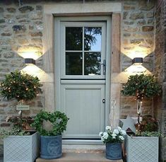 Farrow and Ball Front Doors Christmas Style! (Modern country style) - Everything for . Farrow and Ball Front Doors Christmas Style! (Modern country style) – Everything for the garden # Grey Front Doors, Painted Front Doors, Back Doors, Country Front Door, Bay Tree Front Door, Front Door Plants, Wooden Front Doors, Wooden Windows, Entry Doors