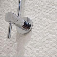 Tenk miljø! Få den gode følelsen med ECO-sertifiserte fliser fra Piemme. Geostone kolleksjonen garanterer minst 40% resirkulert materiale ♻️ ✅ #modenafliser #modena #fliser #white #interiors #inspiration #interiør #trend #ceramic #tiles #urban #urbanlife #urbanliving #piemme #aftenbladet #modern #italia #bad #baderom #bathroom #baderomsinspo #miljøvennlig #quality #environmental #hexagon #hextiles #geo #pattern #mønster #recycled