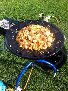 Een perfecte paella om op de camping te eten. Maar thuis smaakt hij ook lekker hoor. Makkelijk en snel klaar. Camping Grill, Camping Meals, Grilling, Paella, Outdoor Food, Outdoor Cooking, Food Vans, Multicooker, Bbq Party