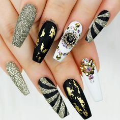 21 Stunning Gold Foil Nail Designs to Make Your Manicure Shine ★ Black Nails with Gold Foil Picture 1 ★ See more: http://glaminati.com/gold-foil/ #goldfoilnails #goldfoilnailart