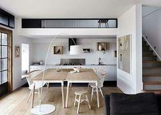 Cocina en blanco, negro y madera