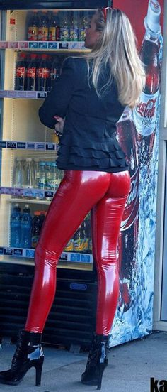 Casual red latex pants outfit in public Pvc Leggings, Shiny Leggings, Leggings Are Not Pants, Pantalon Vinyl, Latex Pants, Vinyl Dress, Leder Outfits, Leather Jeans, Sexy Latex