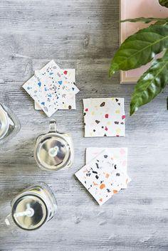 """Terrazzo Coaster: Modern, im """"Industrial-Stil"""" und super angesagt. Wir zeigen Euch wie ihr diese marmorierten Untersetzer super easy selber machen könnt. Tolle DIY Idee auch für Kindergeburtstage! // Tischdeko Dekoration Home Decor Küche Marmor"""