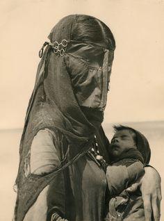 Bedouin Mother, Saudi Arabia, 1948 © Ilo Battigelli