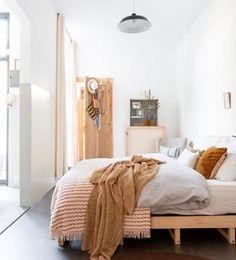 Las líneas rectas procuran espacios  sobrios y prácticos. Para dar calidez,  nada mejor que elegir cortinas, ropa de cama e incluso detalles en tonos soft como el beige, los tostados y marrones.