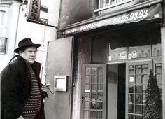 """Le comédien Claude Brosset (1943-2007) devant son restaurant """"Le Cyrano"""" rue des trois couronnes à Carcassonne au début des années 90. Photo: Roger Garcia / La Dépêche du Midi"""