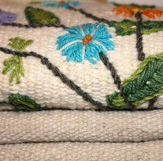 """"""" Telares La Candelaria es una red de tejedoras y artesanos, que combinan las técnicas ancestrales de hilado, teñido y tejido. En muchos casos la lana proviene de animales de las mismas familias de las tejedoras, en otros casos provienen de la comunidad. Haciendo un trabajo en equipo se hila, tiñe y teje.""""  La Candelaria es un pequeño pueblo que se encuentra aproximadamente a 20 Km de Chépica en la provincia de Colchagua, zona central de Chile."""