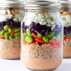 A healthy protein packed super tasty lunch doesnt get any easier than this Peanut Crunch Salad in a Jar. Make up a bunch of them while meal prepping on Sunday and you will have grab-and-go lunches all ready in the fridge for your week ahead! Healthy Recipes On A Budget, Vegetarian Recipes Dinner, Vegan Recipes, Juicer Recipes, Mason Jar Meals, Meals In A Jar, Meals To Go, Mason Jar Lunch, Mason Jars