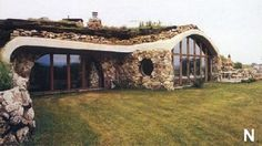 """Love the concept of earth sheltered homes. Contractor """" built my first one (earth bermed) in 1984 in Grafton, NH"""". Why do we still build energy wasting boxes on a lot that can be easily ravaged by hurricanes and tornados? Earth Sheltered Homes, Sheltered Housing, Natural Building, Green Building, Earthship Home, Underground Homes, Natural Homes, Earth Homes, Future House"""