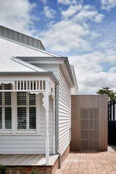 BBW House by Tecture - Project Feature - Architectural Cues in Materiality & Symmetry - The Local Project Weatherboard House, Queenslander, White Exterior Houses, Exterior House Colors, Contemporary Architecture, Interior Architecture, Origami Architecture, Residential Architecture, Country Farmhouse Exterior
