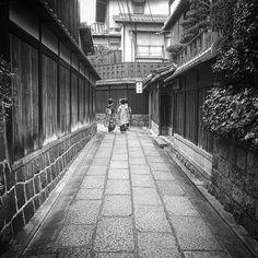 Переулки Киото #прогулка #туризм #путешествия  #Япония  #фототуры  #фототур  #Киото  #улицы #город #прогулкапогороду  #переулки #СтараяСтолица #гейши #майко #кимоно