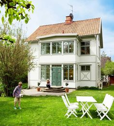 Colors, green windows and doors Home Interior, Interior And Exterior, Swedish Cottage, Sweden House, Green Windows, House In Nature, Small Cottages, Villa, Dream Home Design