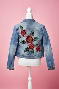 Upcycle your denim jacket with the help of Corinne Bradd in issue Using a simple template, silken threads and a bit of velvet, you can craft a colourful collection of pretty petals to embellish your much-loved denim. Denim Jacket Embroidery, Embroidered Denim Jacket, Patch Bordado, Painted Denim Jacket, Denim And Lace, Zara, Denim Fashion, Look, Creations