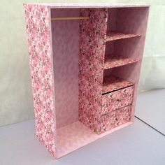 ropero de caja carton If you like crafts and are looking for a simple, creative and cheap decoration Barbie Dolls Diy, Barbie Doll House, Barbie Clothes, Diy Cardboard Furniture, Cardboard Crafts, Diy Crafts Hacks, Diy Home Crafts, Diy Doll Closet, Diy Para A Casa
