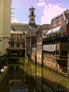 Dordrecht: Zicht op havengevels Groenmarkt, zijgevel stadhuis/markthal en op Voorstraatshaven vanaf de Visbrug