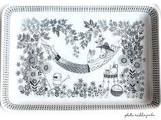Kaj Franckin BA-mallin näyttävä ja käytännöllinen paistivati Raija Uosikkisen Emilia-koristeella. Nordic Ware, Figurative Art, Dinnerware, Retro Vintage, Neutral, Art Deco, Pottery, Tapestry, Tableware