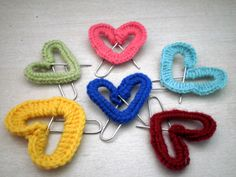 Crocheted Paper Clip Hearts - My crochet skills are pretty minimal but I think I can make these. Skills needed - Single crochet (check), Bending paperclips (check) Crochet Diy, Crochet Gifts, Crochet Motif, Crochet Patterns, Crochet Hearts, Paperclip Crafts, Yarn Crafts, Paperclip Bookmarks, Yarn Projects