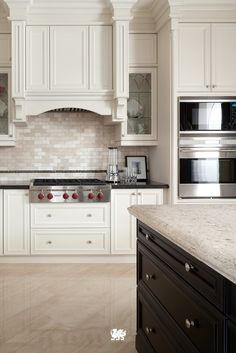 Feeling bored with how your kitchen looks like? Having some two tone kitchen cabinet ideas might inspire you. Get your new spirit by remodel kitchen ideas . Corner Kitchen Pantry, Kitchen Cabinet Storage, Kitchen Cabinet Design, Interior Design Kitchen, Kitchen Stove, Storage Cabinets, Two Tone Kitchen Cabinets, Outdoor Kitchen Cabinets, Pine Cabinets