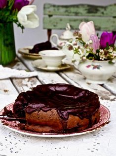 Kuuden raaka-aineen suklaakakku on erityisen helppo ja nopea valmistaa. Suklaakakkuun ei tule ollenkaan vehnäjauhoa tai leivinjauhetta. Tämä superherkullinen kuuden raaka-aineen suklaakakku syntyy tummasta suklaasta, voista, kananmunista, sokerista, vaniljasokerista ja vispikermasta. #suklaakakku #helppo #resepti #suklaa #kakku Deserts, Menu, Sweet, Food, Menu Board Design, Desserts, Meal, Dessert, Eten