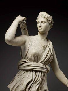 Artemisa con una corza (o Diana de Versailles), Roma Imperial, siglos I-II d. C. Mármol, 200 cm. (Museo del Louvre - París, Francia)  Acercamiento 3/4 perfil - Foto © Thierry Olivier