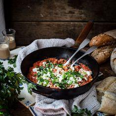 Menemen - Hearty Turkish breakfast with tomatoes and eggs - Klara Ida Breakfast Photography, Food Photography, Turkish Eggs, Turkish Breakfast, Vitamin C Benefits, Tasty, Yummy Food, Fresh Herbs, Feta