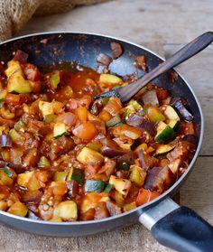Easy ratatouille recipe with eggplant zucchini tomatoes pepper onion vegan low-carb Vegan Dinner Recipes, Vegan Recipes Easy, Whole Food Recipes, Cooking Recipes, Keto Dinner, Easy Ratatouille Recipes, Eggplant Zucchini, Gourmet