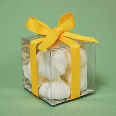 DIY #Clear #Favor #Box  This favor is very simple to assemble, inexpensive yet elegant. A perfect way to present any edible favor.