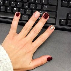 mixed nail colors in berry red, nude, + gold glitter @thallelea | Christmas nails #home mani using essie berry naughty #summitofstyle, opi bubblebath, sechevite dryfasttopcoat