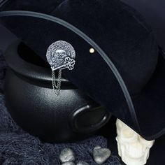 Now we have a great selection of fantasy pins in our store ! This is our Evil Doubloon pirate brooch perfect to close cloaks and to decorate jackets bags and hats! You can have a 25% off on the whole site until March 9th! ____________________________ Ora abbiamo una bella selezione di spille fantasy nel nostro store! Questa è la nostra spilla pirata Evil Doubloon perfetta per chiudere mantelli e per decorare giacche borse e cappelli! Puoi usufruire dello sconto del 25% sull'intero sito fino…
