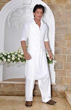 Shahrukh Khan Pictures and Photos Mens Indian Wear, Indian Men Fashion, Mens Fashion Wear, Gents Kurta Design, Boys Kurta Design, Kurta Pajama Men, Kurta Men, Mens Dress Outfits, Men Dress