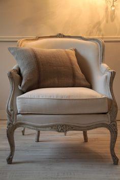 Francuska Berżera Ludwik XV z początku XX wieku po renowacji. Piękny i wyjątkowy ekzemplarz. Rama ręcznie malowana, tkanina lniana, poduchy wypełnione pierzem