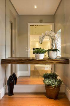 Hall para una entrada pequeña. Utiliza un espejo entero para crear sensación de amplitud y luminosidad.