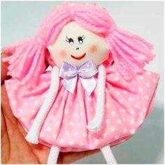 Que tal aproveitar os retalhosde tecido para fazer essa linda bonequinha? Dá para usá-la para decorar uma embalagem de presente, a mochila, a cortina ou, até mesmo, fazer um chaveirinho com ela. Materiais necessários: tecido de algodão estampado (um para o corpo e outro para os sapatinhos), cadarço branco, lã (cor rosa), manta acrílica, tesoura, …