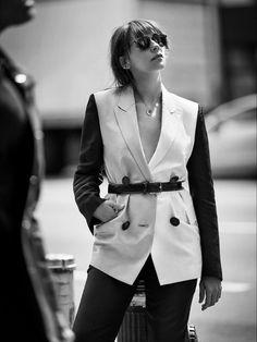 Rashida Jones, Fashion Editor, Editorial Fashion, Ms Jones, Billy Kidd, Black And White Stars, Alfred Stieglitz, Blazer And Shorts, Ulla Johnson